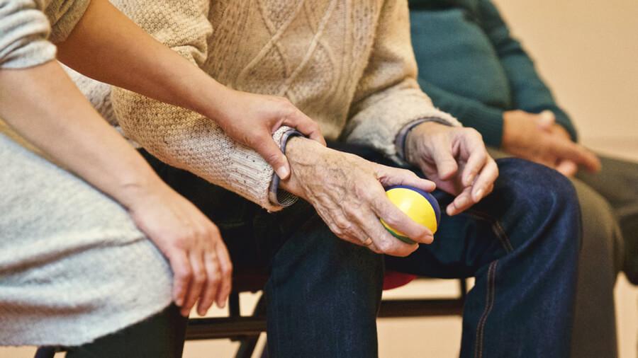 Alzheimerova choroba netrápí pouze osoby seniorského věku