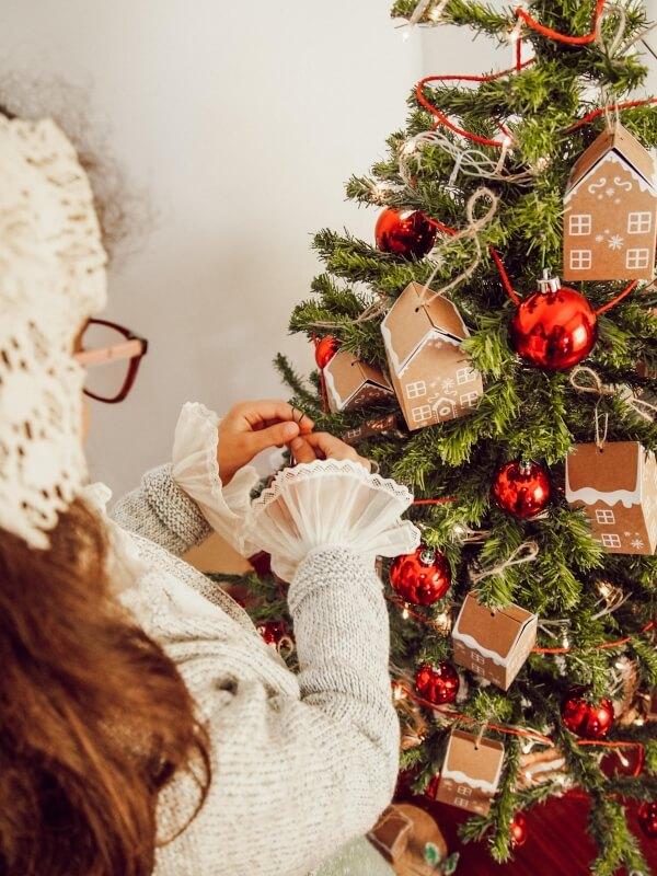 I během zdobení vánočního stromečku může dojít k úrazu